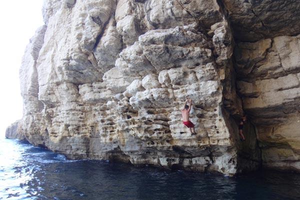 Bloc au dessus de l'eau escalade calanque de Callelongue